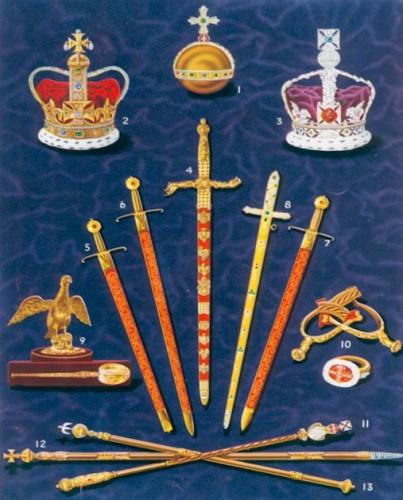 La regalia de la coronación británica: Coronas, orbe, espadas, cetros, espuelas, anillo y ampulla con la cuchara para dispensar el óleo sagrado